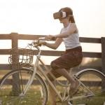 Dziewczyna na rowerze w okularach VR