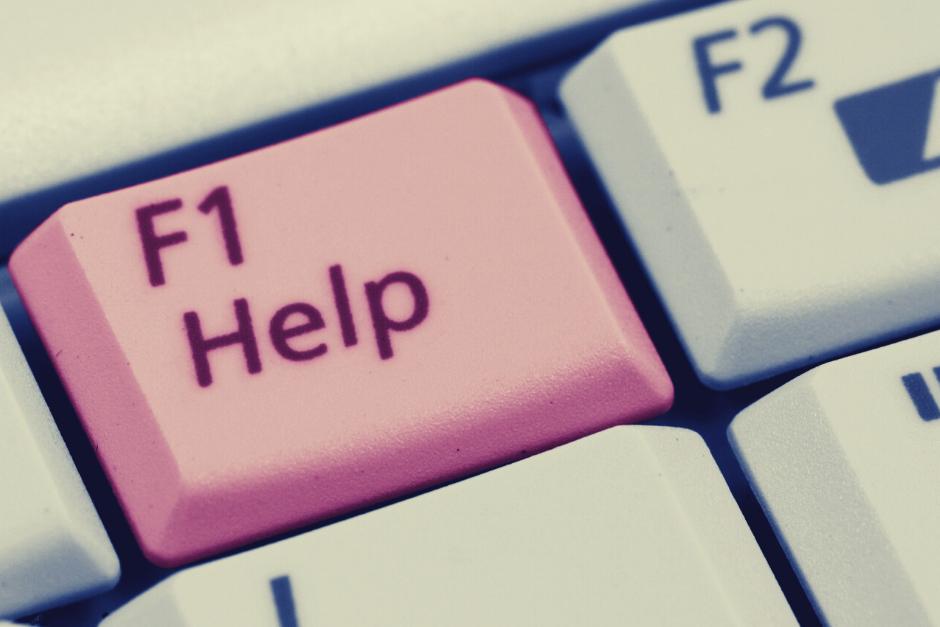 fragment klawiatury komputera z przyciskiem z napisem help