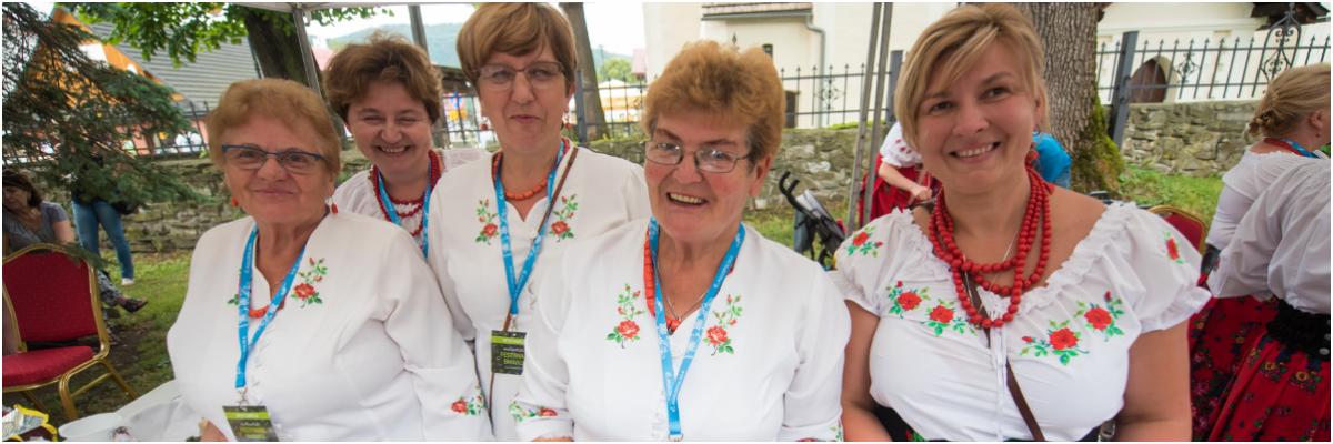 cztery kobiety w strojach ludowych pozują do zdjęcia