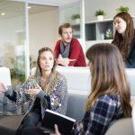 3 kobiety i 1 mężczyzna podczas spotkania dyskutują